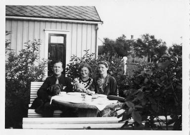 I bakgården mot litjhuset. I midten Ingeborg Nilsen, gift Johnsen